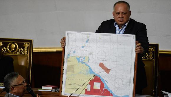 El 8 de enero del 2019, el miembro de la entonces operativa Asamblea Constituyente, Pedro Careno, ofrece un discurso sobre la disputa fronteriza entre Venezuela y Guyana apoyándose de un mapa que es sostenido por el líder chavista Diosdado Cabello. (Foto: Federico Parra / Archivo AFP)