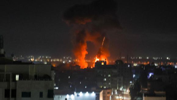 Según fuentes palestinas, la aviación israelí atacó al menos un sitio al este de Jan Yunis, una ciudad al sur de la Franja de Gaza, el empobrecido enclave de dos millones de habitantes. (Foto: Mahmud Hams / AFP)