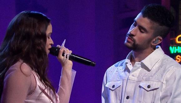 """Rosalía y Bad Bunny, durante su interpretación de """"La noche de anoche en """"Saturday Night Live"""". (Captura: NBC)"""