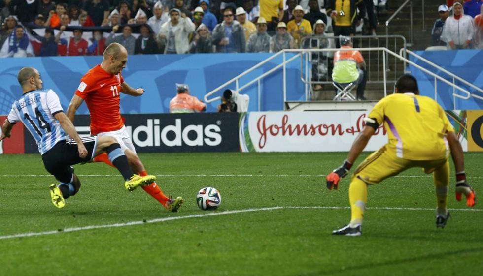 Holanda vs. Argentina: Mascherano evitó así gol de Robben - 1