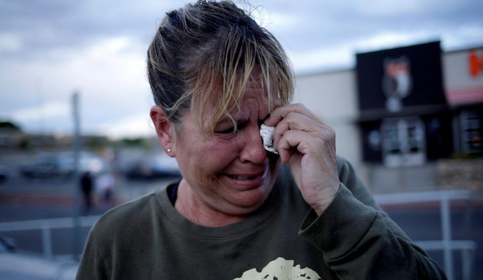 Una mujer llora tras el tiroteo en una tienda Walmart de El Paso, Texas, que dejó al menos 20 muertos y 26 heridos. (Reuters).