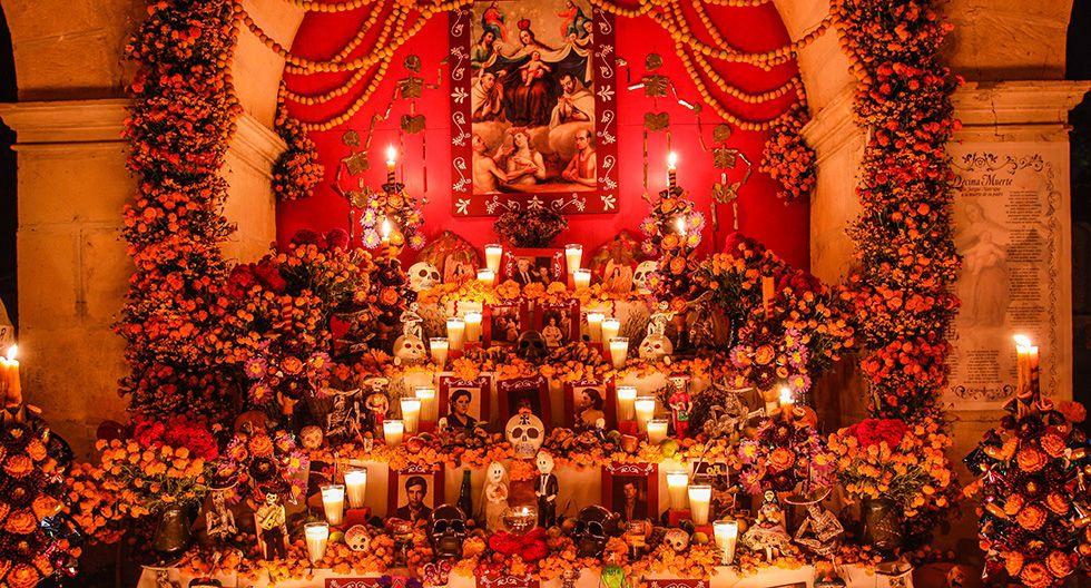 Con frutas, adornos de calaveras, velas, fotos y flores (cresta de gallo, damasquina) se arman los altares mexicanos.
