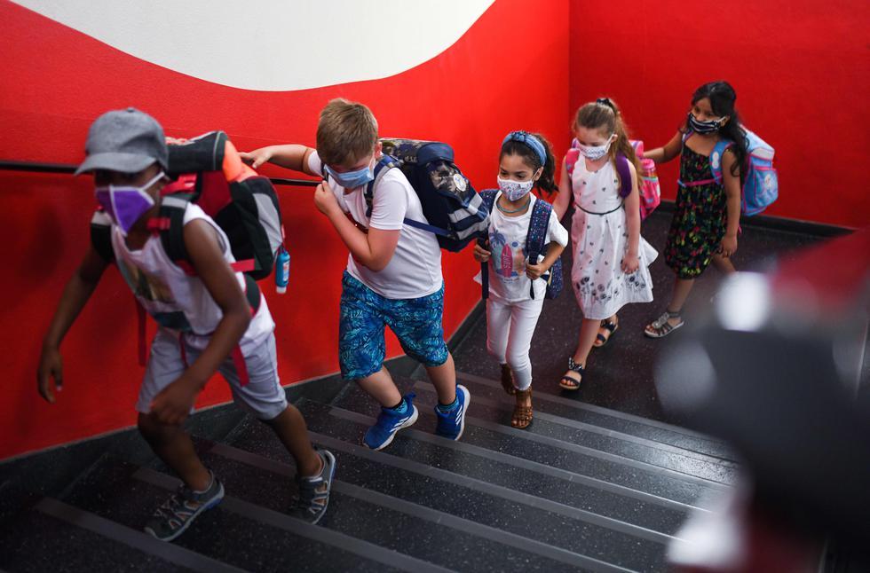 Estudiantes con mascarillas se dirigen a sus aulas en la escuela primaria Petri, en Dortmund, Alemania occidental, en medio de la pandemia por el coronavirus.  En el estado federal occidental de Renania del Norte-Westfalia, se reabrieron los colegios bajo estrictas medidas de salud. (Foto: Ina Fassbender / AFP)