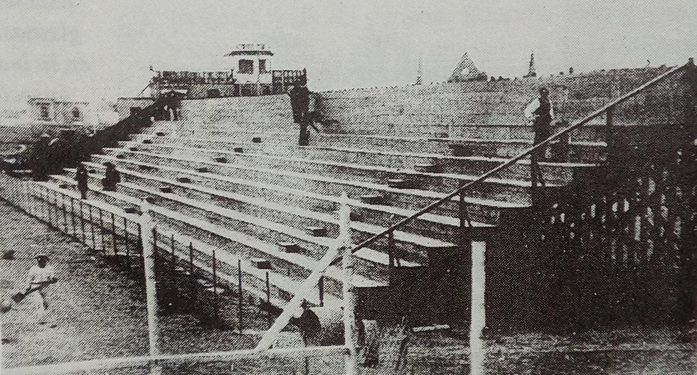 """Una de las tribunas del primer """"Estadio Nacional de Lima"""" en 1923, cuando el ofrecimiento de la colonia británica en el centenario de la independencia del Perú, en 1921, se concretó en un hermoso recinto que fue muy útil para la vida deportiva del país.  (Foto: GEC Archivo Histórico)"""