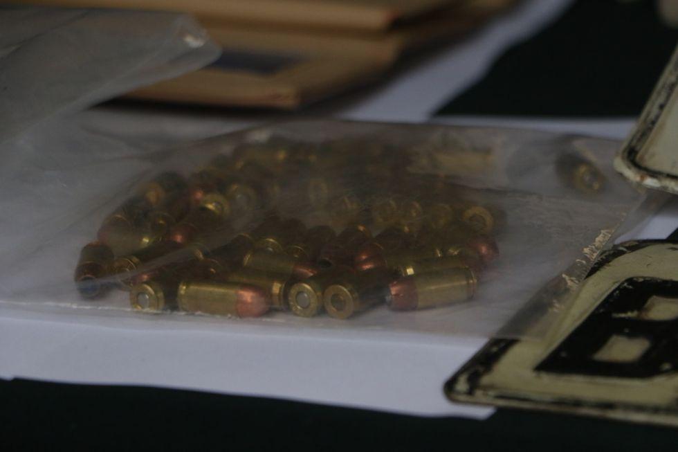 En el inmueble de los detenidos se encontró 50 municiones de 9 milímetros.  Asimismo, un revólver y dos cacerinas abastecidas (Foto: Johnny Aurazo).