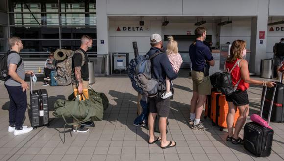 Los viajeros esperan en la fila en el Aeropuerto Metropolitano del Condado de Wayne de Detroit, mientras los viajes nacionales aumentan a medida que disminuyen los números de casos de la enfermedad por coronavirus (COVID-19), en Detroit, Michigan, EE.UU. (Foto: REUTERS / Seth Herald).