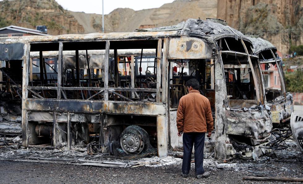 Al menos 33 buses PumaKatari fueron quemados por una turba en la noche tras la renuncia de Evo Morales a la presidencia de Bolivia. (Reuters)..