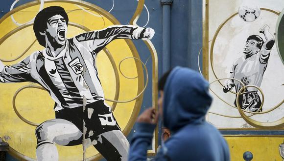 Grafiti conmemorando al astro argentino Diego Armando Maradona, incluyendo su legendaria jugada la 'mano de Dios'. (Foto: Juan Mabromata/AFP)
