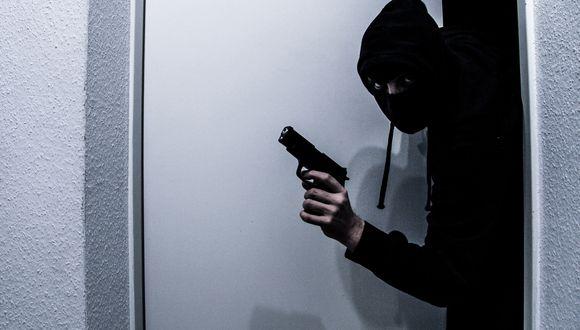 Todo ocurrió, como se ve en la foto referencial, cuando el delincuente entraba al local.  (Foto: Pixabay / referencial)