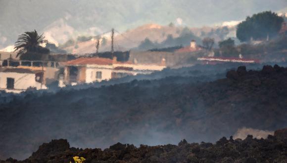 El humo se eleva desde la lava que se enfría en la zona residencial de Los Campitos en Los Llanos de Aridane, en la isla canaria de La Palma, el 20 de septiembre de 2021. (DESIREE MARTIN / AFP).