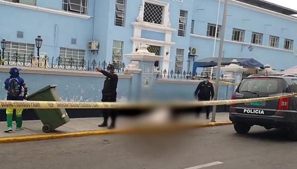 En la vereda, permaneció el cadáver del hombre. (Foto: Facebook | captura de pantalla / Hoy Noticias)