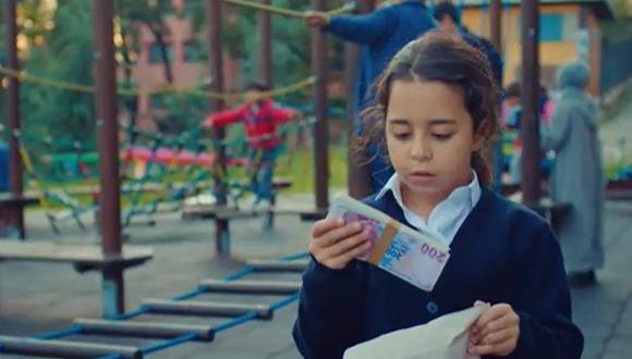 Öykü encuentra, por casualidad, un sobre lleno de dinero y queda paralizada ante el dilema moral y ético de decidir qué hacer con esta plata (Foto: Mi hija / Med Yapım)