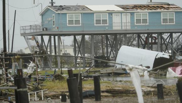 Esta fotografía muestra una casa dañada en una zona inundada el viernes 28 de agosto de 2020 en Cameron, Louisiana, tras el paso del huracán Laura. (Foto AP / David J. Phillip).