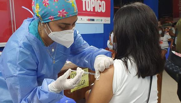Cevallos dijo que también habría que estudiar el tipo de vacuna que se utilizaría en una eventual tercera inoculación.   Foto: Diresa Loreto