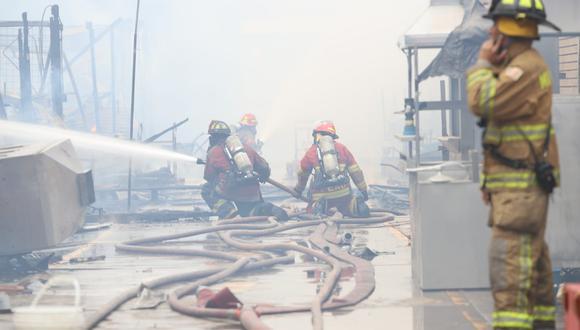 Doce unidades de bomberos trabajaron para apagar el fuego en una cochera de Santa Anita. El siniestro, considerado de gran magnitud, dejó cuantiosas pérdidas. (Foto: Eduardo Cavero)