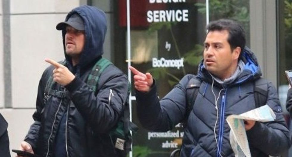 DiCaprio no dudo en brindarle su ayuda y tal como muestran las imágenes, le hizo señas indicándole hacia donde debía llegar. (Foto: Twitter/ Chikistrakiz)