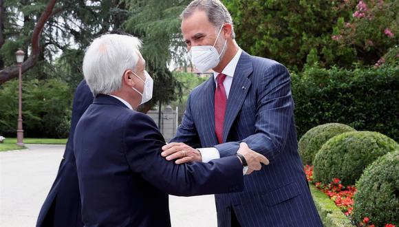 El rey Felipe VI saluda al presidente de Chile, Sebastián Piñera, a quien ha recibido en audiencia este martes en el Palacio de La Zarzuela con motivo de su visita oficial a España. (EFE/Casa Real/José Jiménez).