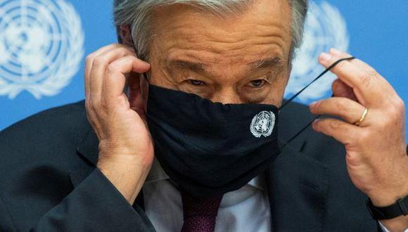 El secretario general de Naciones Unidas, Antonio Guterres, se ajusta la máscara antes de salir de una conferencia de prensa en la sede de la ONU en Nueva York. 20 de noviembre de 2020. (Foto de archivo: Reuters)