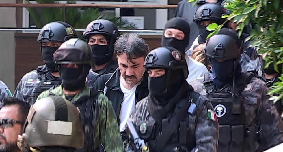 Esta imagen de mayo del 2017 muestra a Dámaso López, alias 'el Licenciado' y considerado el sucesor de Joaquín 'El Chapo' Guzmán, durante su traslado a las instalaciones de la fiscalía mexicana (Foto: EFE)
