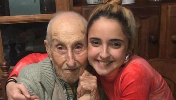 Abril aparece aquí al lado de su abuelo, Pocho. Él tiene actualmente 108 años. (Foto: Álbum familiar de Abril | TN)