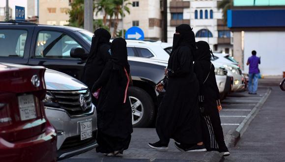 Un grupo de mujeres camina en una calle de la ciudad saudí de Jeddah, el 11 de noviembre de 2020. Las mujeres en Arabia Saudita podían se denunciadas por sus familiares hombres si decidían vivir solas. (AFP).