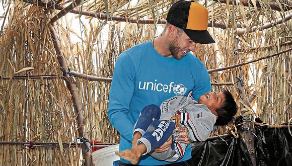Sergio Ramos carga en sus brazos a uno de los 400 mil menores de edad afectados por las inundaciones que sufrió el norte de nuestro país en marzo y abril.  (Foto: UNICEF)