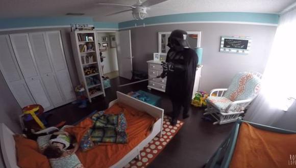 Padre se disfraza de Darth Vader para asustar a su hijo [VIDEO]