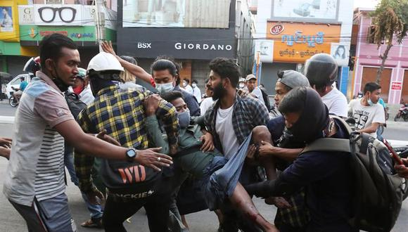 Un grupo de personas carga a un hombre herido después de que la policía reprimiera a los manifestantes en Mandalay, Myanmar, el 28 de febrero de 2021. (EFE / EPA / KAUNG ZAW HEIN).