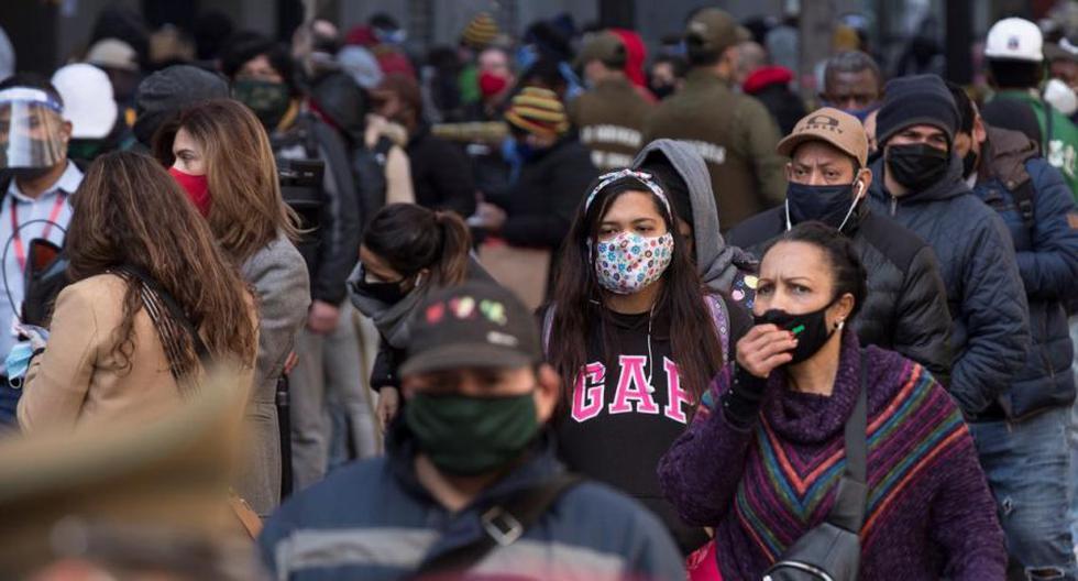 Aunque más del 84% de los chilenos se encuentra en cuarentena, la movilidad no se había visto drásticamente reducida porque el Gobierno otorga millones de permisos para salir a la calle. Ante el aumento de casos de coronavirus COVID-19 las autoridades endurecieron las medidas. (Foto: EFE)