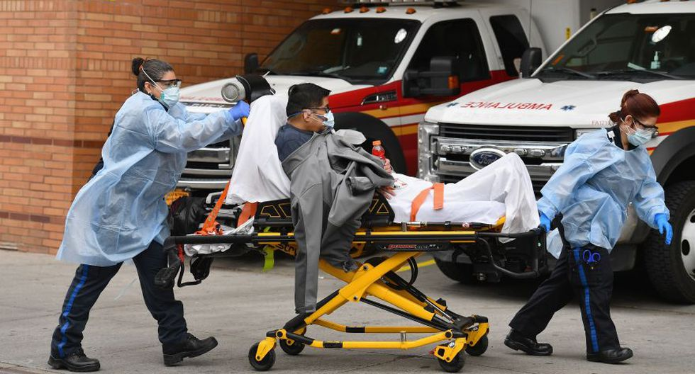 Coronavirus en Nueva York   Ultimas noticias   Último minuto: reporte de infectados y muertos martes 7 de abril del 2020   Covid-19   Personal de emergencia lleva a un paciente al Hospital Wyckoff en el distrito de Brooklyn. (AFP /Angela Weiss).