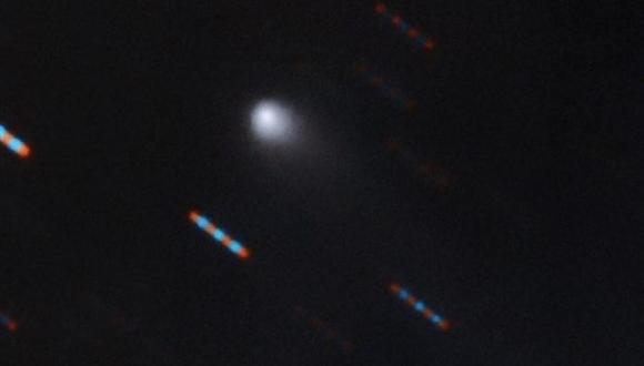 En su primera foto, el nuevo visitante interestelar muestra su cola de cometa. Las imágenes rojas y azules corresponden a estrellas de fondo que aparecen distorsionadas por el movimiento del cometa. (GEMINI OBSERVATORY/NSF/AURA)