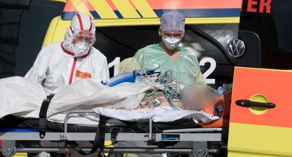 Un infectado de coronavirus en estado crítico es trasladado a un hospital de Italia. Foto: AFP