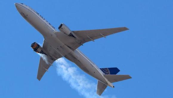 El Boeing 777 de United Airlines, que transporta a 231 pasajeros y 10 tripulantes a bordo, regresa al Aeropuerto Internacional de Denver con el motor de estribor en llamas después de que llamó a una alerta de Mayday, sobre Denver, Colorado, EE.UU. (Foto: Hayden Smith / @ speedbird5280 /REUTERS).