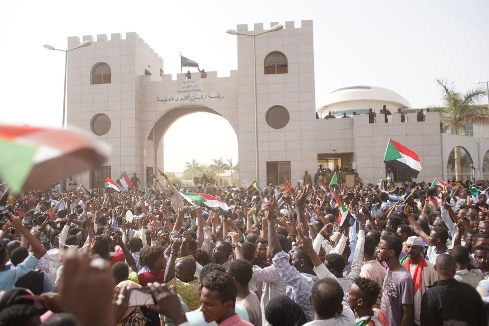 Los ciudadanos de Sudán celebran en las afueras del cuartel general del ejército. (EFE).