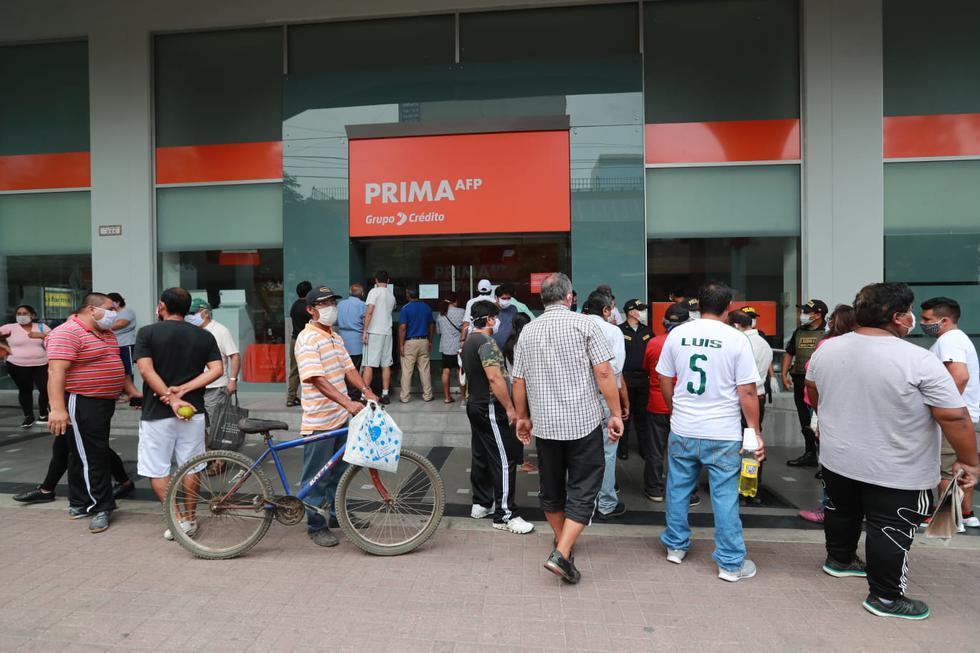 La cantidad de gente aglomerada, dejando de lado la indicación de un metro de separación entre cada persona, generó preocupación. (FOTO: LINO CHIPANA / GEC)