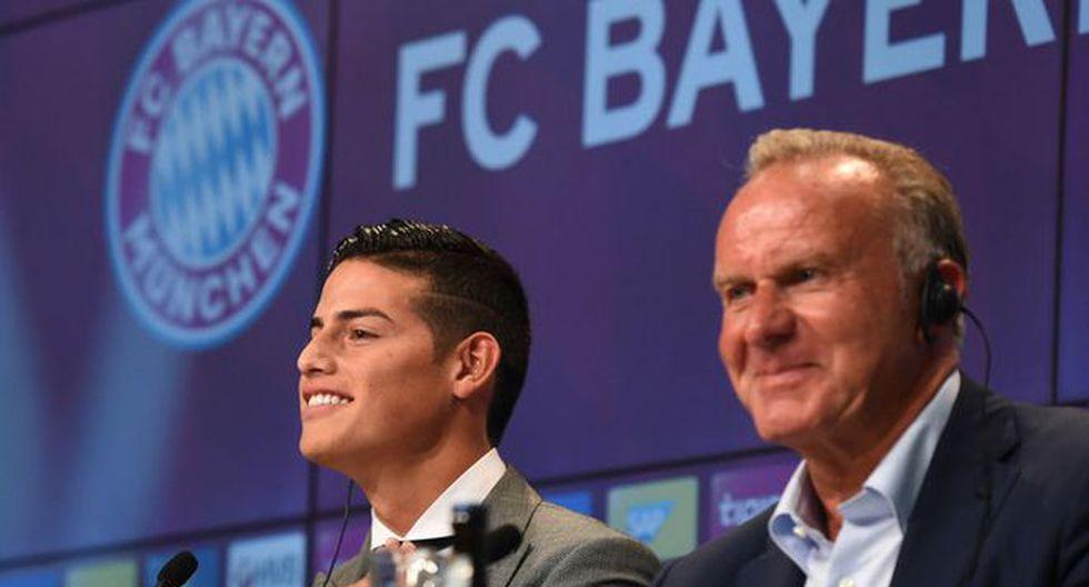 James Rodríguez acompañado de Karl-Heinz Rummenigge durante una conferencia de prensa. (Foto: AFP)