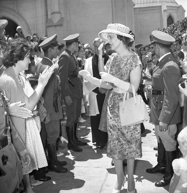 El contacto con la gente fue algo que no perdió de vista la Duquesa de Kent y su hija, la princesa Alejandra, en Lima, en ese verano de 1959. Siempre hubo momentos en que alternó con los limeños. (Foto: GEC Archivo Histórico)