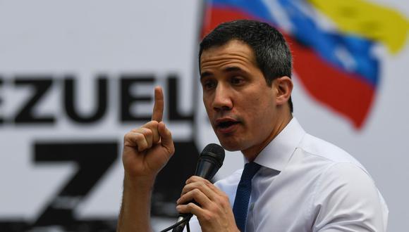 """El líder opositor venezolano Juan Guaidó pronuncia un discurso durante un mitin sobre el lanzamiento de la campaña """"Venezuela alza la voz"""" en Caracas, el 22 de octubre de 2020. (Foto de Federico PARRA / AFP)."""