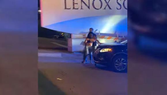 El video de un policía golpeando a una mujer tras una protesta por George Floyd que ha indignado a EE.UU. Imagen: Captura de YouTube Atlanta Journal-Constitution