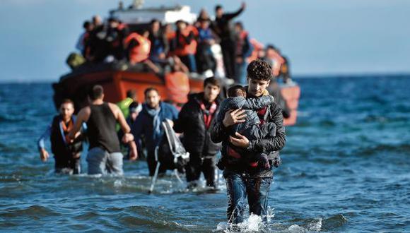 Refugiados sirios llegan a Lesbos tras cruzar el mar Egeo y el territorio turco. El 2015, más de 3.000 murieron intentándolo.