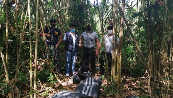 Los sacos con la droga fueron abandonados por sus portadores al ser descubiertos por las fuerzas del orden.(Foto: Policía de Iñapari)