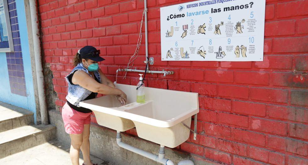 El terminal pesquero de Villa María acondicionó un lavadero para que los concurrentes realicen el adecuado lavado de manos. (Fernando Sangama/GEC)