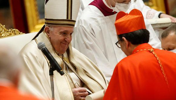 El arzobispo de Siena, el italiano Augusto Paolo Lojudice, recibe su birreta de cardenal de parte del papa Francisco. REUTERS