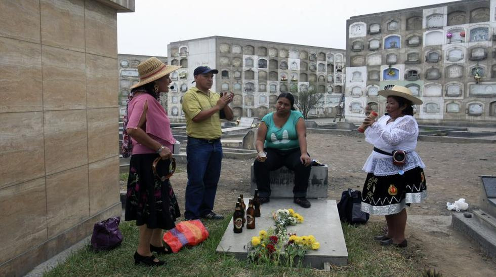 Día de la Madre en el cementerio: desde flores hasta cerveza - 1