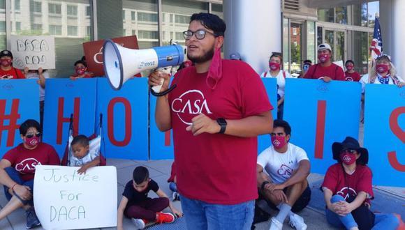 """El soñador Jorge Benítez habla por micrófono durante una manifestación para protestar por el anuncio de que el gobierno de Estados Unidos no aceptará nuevas solicitudes de protección para """"Dreamers"""" en Washington el 29 de julio de 2020. (Foto: Ariela NAVARRO / AFP)"""