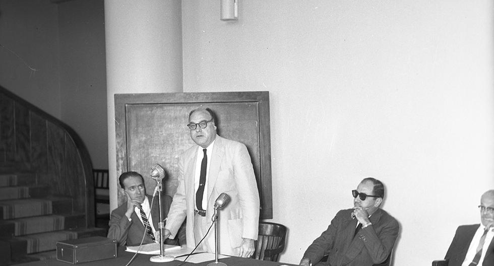 El 27 de noviembre de 1959, el norteamericano Herald Richard Cox, creador de la primera vacuna oral contra la poliomielitis, llegó a la capital junto a un reconocido grupo de médicos estadounidenses. Su visita sirvió para dar a conocer detalles de su nuevo invento oral. (Foto: GEC Archivo Histórico)