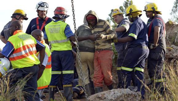 Sudáfrica: Rescatan a 12 mineros de socavón ilegal