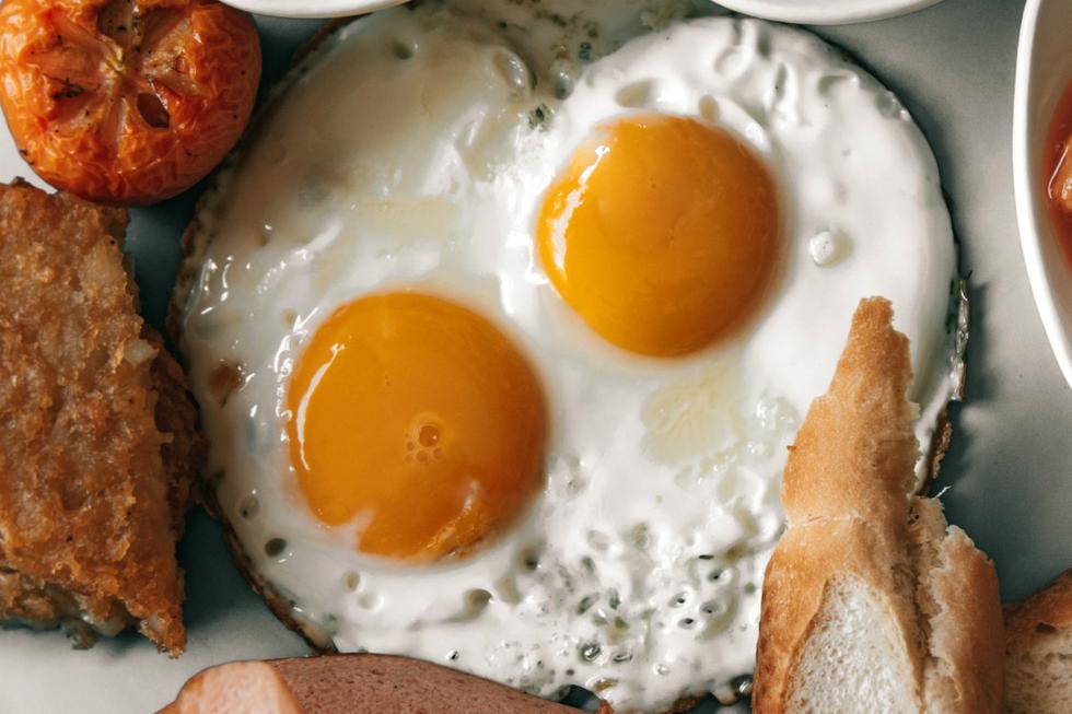 """Sufrir una intoxicación alimentaria es más habitual de lo que pensamos y suelen producirse a causa del consumo de alimentos como el <a href=""""https://mag.elcomercio.pe/respuestas/los-5-errores-que-cometes-al-hacer-huevo-duro-como-evitarlos-desayuno-yema-clara-trucos-de-cocina-trucos-caseros-cuarentena-util-utilitario-estados-unidos-eeuu-usa-mexico-recetas-de-cocina-nnda-nnni-noticia/""""><font color=""""blue"""">huevo</font></a>. (Foto: Pexels)"""