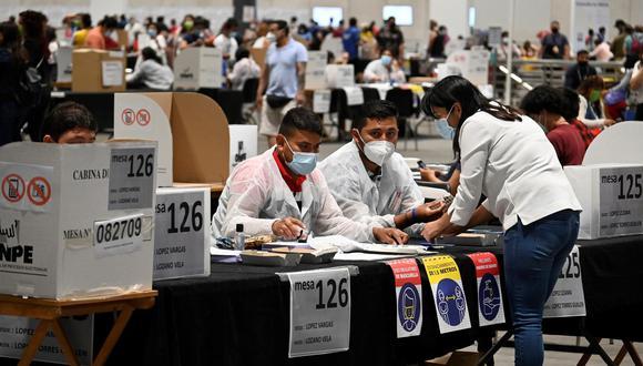 Más de 150.000 peruanos están llamados a votar en España. (EFE/Víctor Lerena).