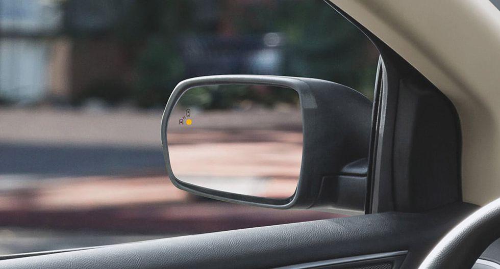 Te informa por medio de una luz de aviso (en los espejos laterales) cuando otros vehículos se encuentran dentro de tu punto ciego. (Foto: Ford)
